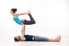 Acro-yoga di pratica delle belle giovani coppie Fotografia Stock Libera da Diritti