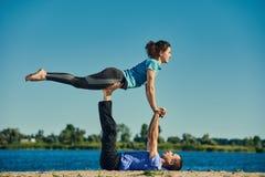 Acro-Yogakonzept Stockbilder