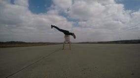 Acrobaat het dansen breakdance op het luchtspoor stock footage