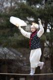 Acrobacia em uma corda-bamba que anda na vila popular coreana Fotografia de Stock