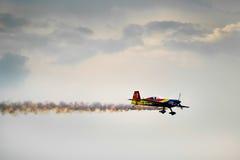 300 acrobacias aéreas adicionales con humo Imagenes de archivo