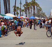 Acrobat on Venice Beach Entertains the weekend Visitors Royalty Free Stock Photography