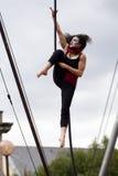 Acrobata bonito que escala a corda Fotografia de Stock