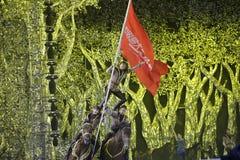 A acrobata caucasiano executa a equitação da aventura Fotografia de Stock Royalty Free