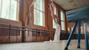 A acrobata da moça mostra a flexibilidade na aro ginástica Fotos de Stock