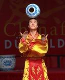 Acrobata del circo cinese della condizione. Immagini Stock