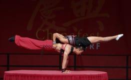 Acrobata del circo cinese della condizione. Fotografie Stock Libere da Diritti