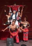 Acrobata del circo cinese della condizione. Immagine Stock