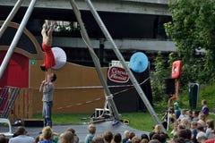 Acrobatas que fazem truques em um festival Foto de Stock Royalty Free
