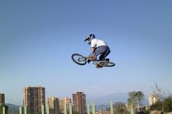 Acrobate de bicyclette de BMX Images libres de droits