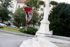 Acrobate de BMX Photo libre de droits