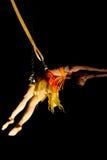 Acrobate de femme dans l'action dans le cirque Image stock