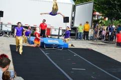 Acrobate di Phi Circus di gamma al festival del mais fotografia stock