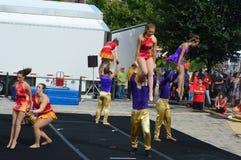 Acrobate di Phi Circus di gamma a granoturco dolce ed al festival dei blu fotografie stock libere da diritti