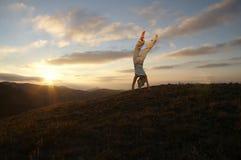 Acrobate sur le coucher du soleil Photo libre de droits
