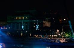 Acrobates suspendus dans la lumière bleue photo libre de droits