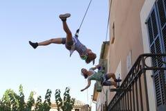 Acrobates verticaux pendant l'exposition image libre de droits