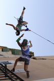 Acrobates verticaux pendant l'exposition photo libre de droits