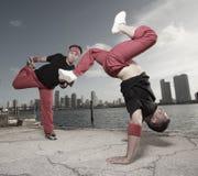acrobatic grabbar parar att utföra jippon royaltyfria foton