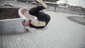 Acrobatica della via - l'adolescente salta una vibrazione al parco, il parkour, movimento lento stock footage