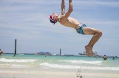 Acrobatica sulla spiaggia Fotografie Stock