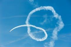 Acrobatics αεροπλάνων στο μπλε ουρανό Στοκ Φωτογραφίες