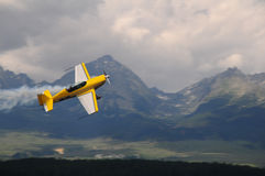 Acrobatics aerei in montagne - aeroplano del weer Fotografia Stock