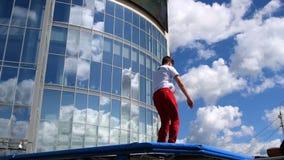 Acrobatiek op de landloper stock videobeelden