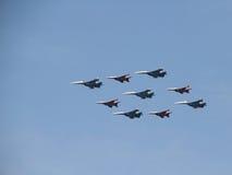 Acrobaties aériennes de groupe des combattants SU sur le défilé Image stock