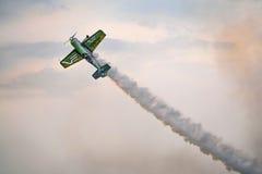 Acrobaties aériennes du SU 31 avec de la fumée Photos libres de droits
