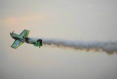 Acrobaties aériennes du SU 31 avec de la fumée Images libres de droits