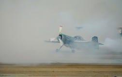 Acrobaties aériennes du SU 31 avec de la fumée Photo libre de droits