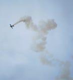 Acrobaties aériennes du SU 31 avec de la fumée Photographie stock