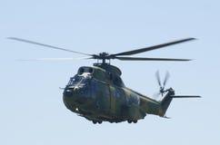 Acrobaties d'hélicoptère images libres de droits