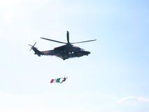 Acrobaties dans un hélicoptère Tirrenia, Pise, Italie, le 11 septembre, images stock