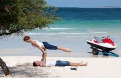 Acrobatique à l'océan Images libres de droits