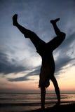 Acrobatisch bij strand stock afbeeldingen