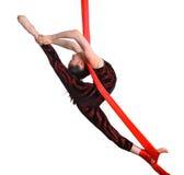 Acrobatisch gymnastiek- meisje die op rode kabel uitoefenen Royalty-vrije Stock Afbeeldingen