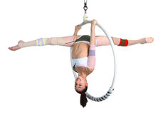 Acrobatisch meisje die op rand uitoefenen Royalty-vrije Stock Foto's