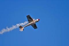 Acrobatisch vliegtuig tijdens airshow Royalty-vrije Stock Fotografie