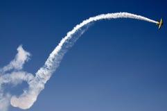 Acrobatisch vliegtuig tijdens de vlucht Stock Afbeeldingen