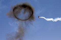 Acrobatisch vliegtuig tijdens de vlucht royalty-vrije stock fotografie