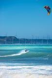 Acrobatische actie met vliegerbranding op blauwe overzeese golven Royalty-vrije Stock Fotografie
