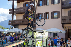 Acrobatische fietserstrucs Het beeld van de kleur Stock Foto
