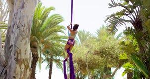Acrobatische jonge vrouw die een exotische dans doen stock videobeelden
