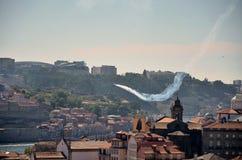 Acrobatische vliegtuigen over de rivier Douro Stock Afbeeldingen