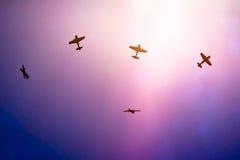 Acrobatische vliegtuigen verdeelde vorming omhoog in de hemel Royalty-vrije Stock Foto