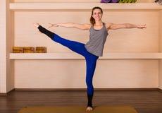 Acrobatische yoga in een studio Royalty-vrije Stock Afbeeldingen