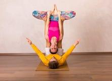 Acrobatische yoga in een studio Stock Foto's