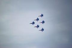 Acrobazie aeree russe di manifestazione degli ærei militari Fotografia Stock